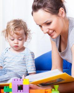 Kind wordt voorgelezen